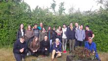 Visita de la Clase de 4º E.S.O. del Instituto de Llodio a nuestro Huerto Ecológico después de la charla.